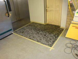 Vorbereitung einer Teilfläche in einer Bäckerei zur Sanierung mit einem Bodenbeschichtungssystem
