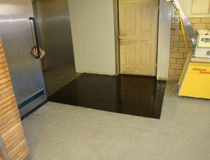 Ausbesserung eines Fußbodens in einer Bäckerei mit einer Bodenbeschichtung auf Kunstahrzbasis